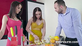 الثلاثي مع اثنين من النساء الجميلات الذين يريدون نظيره الاميركي ديك في الحمار