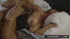 الكمال الثدي سمراء يدعوك إلى ممارسة الجنس معها