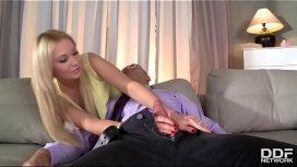 ينام وهي تضع يدها على ديك