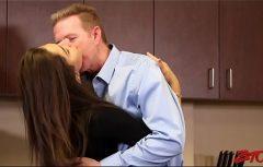 يقوم بتقبيل رقبتها ويبلل بوسها الصغير على الفور