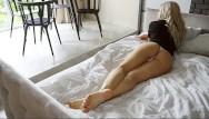 المرأة الجميلة بحاجة للجنس في غرفة نومها