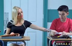 طالب يمارس الجنس مع الاباحية القزم في المدرسة