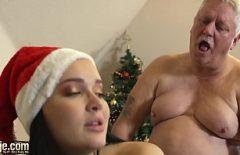 أفلام زنا المحارم الإباحية لا تريد السماح لسانتا يمارس الجنس معها Xxl