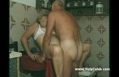 بابا مارس الجنس بشدة من بوسوروغو لها على طاولة