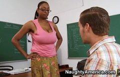المعلم الأسود الذي يمارس الجنس مع الكثير من الطلاب