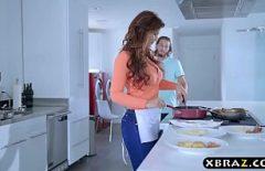 هي ربة منزل وتعطي زوجها عندما تطبخ