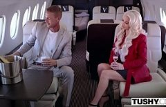 على متن الطائرة اثنان من العشاق يمارسان الحب مثل الكتاب