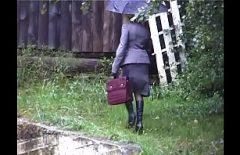 امرأة ناضجة تمارس الجنس في المطر