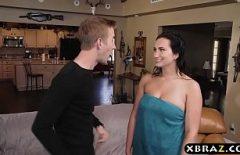 مدبرة المنزل البالغة من العمر 18 عامًا تمارس الجنس مع كتكوت موهوب
