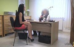 أجرِ مقابلة عمل وأعطيها كسًا في المكتب