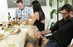 لا تأكل حتى تمتص الديك تحت الطاولة