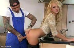 الملاعين عامل شقراء في المطبخ