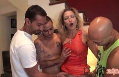 امرأة تأخذ الديك في جميع الثقوب من رجلين منحرفين