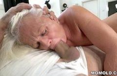البالغ من العمر 80 عامًا يمتص بشدة ديك ابن أخ