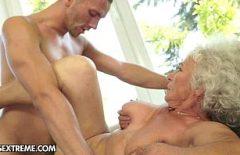 تنضج مع رقائق بيضاء كبيرة ممارسة الجنس الرومانسي مع حفيدها