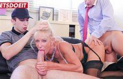 شقراء ممارسة الجنس مع اثنين من الديكة