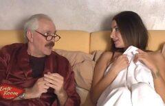 ماريانا امرأة شابة تريد المال وتضاجع جدها البالغ من العمر 80 عامًا