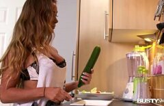 إنها في المطبخ لكنها أفضل عندما تمارس الجنس