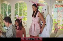 ممارسة الجنس في حفلة مع شاب يرتدي أرنبًا يمارس الجنس مع ياباني مشعر
