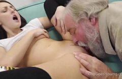 يبدأ رجل عجوز ذو لحية بيضاء بإعطاء ألسنة ابنة أخته في كسها