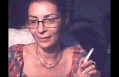 ماريانا شابة رومانية تدخن وتعرض والديها على شبكة الإنترنت