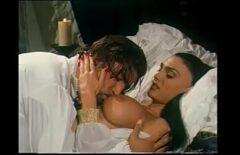 ملك يمارس الجنس مع امرأة في قصره الملكي الثلاثون