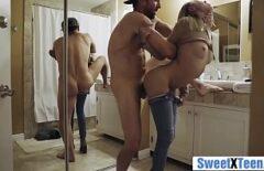 ليس لديها مكان ليمارس الجنس معها وتفعل ذلك في الحمام الثلاثون