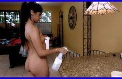 إنها ربة منزل وعندما يأتي زوجها تقوم بتدليك قضيبه بفمها